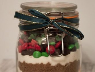 Christmas Cookies In A Jar is a great gift with very little amount of work needed. You do not even need to turn on the oven to make this gift!