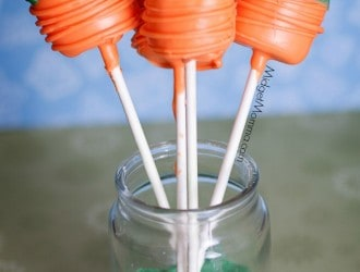 Carrot Marshmallow Pops. Super cute marshmallows turned in to carrots with dipping chocolate. Great tasty easter treat!