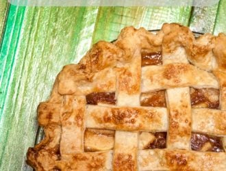 apple pie with lattices cruse. Homemade apple pie crust is perfect for making apple pie and making your homemade apple pie look amazing along with tasting amazing too!