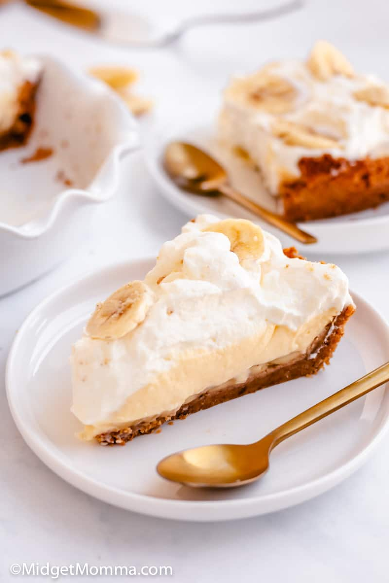 banana cream pie recipe with graham cracker crust in a pie pan